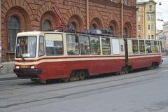 ST Petersburgo, Rusia La tranvía se mueve en el terraplén del río de Fontanka Foto de archivo