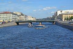 ST Petersburgo, Rusia Las naves de la excursión flotan rio abajo a Fontanka cerca del puente de Semenovsky Fotografía de archivo