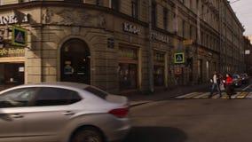 ST PETERSBURGO, RUSIA: Moviendo encendido una calle con casas viejas en el verano almacen de video