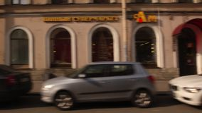 ST PETERSBURGO, RUSIA: Moviendo encendido una calle con edificios históricos en el verano almacen de metraje de vídeo