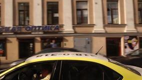 ST PETERSBURGO, RUSIA: Moviendo a lo largo de edificios históricos en la calle de Sadovaya almacen de video
