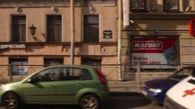 ST PETERSBURGO, RUSIA: Mudanza encendido de la calle de Sadovaya en el verano almacen de metraje de vídeo