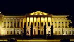 ST PETERSBURGO, RUSIA: Museo ruso iluminado en la noche almacen de video