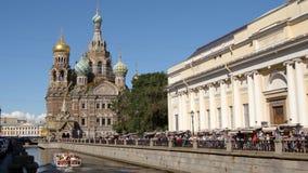 ST PETERSBURGO, RUSIA: Nave del viaje en el canal de Griboedov y el salvador en iglesia de la sangre en el verano almacen de metraje de vídeo