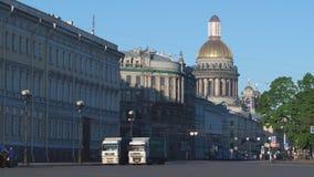 ST PETERSBURGO, RUSIA: Paisaje urbano de la mañana en el verano metrajes