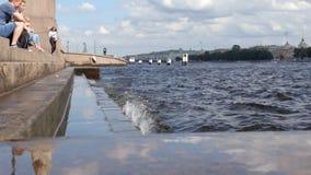 ST PETERSBURGO, RUSIA: Población y ondas del río de Neva en el verano - cámara lenta el salpicar almacen de video