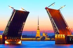 ST Petersburgo, Rusia, puente del palacio y Peter y Paul Fortress Imagen de archivo libre de regalías