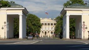ST PETERSBURGO, RUSIA: Puerta del palacio de Smolny en el verano almacen de metraje de vídeo