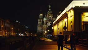 ST PETERSBURGO, RUSIA: Terraplén y el salvador en iglesia de la sangre en la noche metrajes