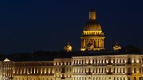 ST PETERSBURGO, RUSIA: Tiro cercano de edificios iluminados y de la catedral de Isaac en la noche almacen de video