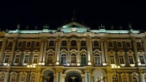 ST PETERSBURGO, RUSIA: Tiro cercano de una fachada de iluminado el palacio del invierno de la ermita del estado en cerca almacen de video