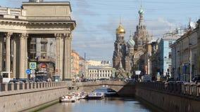 ST PETERSBURGO, RUSIA: Tiro cercano del canal de Griboedov, de la catedral de Kazán y del salvador en iglesia de la sangre en t almacen de metraje de vídeo