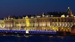 ST PETERSBURGO, RUSIA: Tiro cercano del puente de la ermita y del palacio en las noches blancas almacen de metraje de vídeo