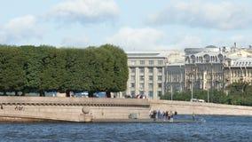 ST PETERSBURGO, RUSIA: Tiro cercano del terraplén del escupitajo de la isla y de los turistas de Vasilievsky en el s almacen de video