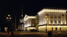 ST PETERSBURGO, RUSIA: Tráfico de coche más allá del Ministerio de marina en la noche almacen de metraje de vídeo