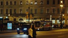 ST PETERSBURGO, RUSIA: Trolebús en la calle de Nevsky en el verano en la noche metrajes