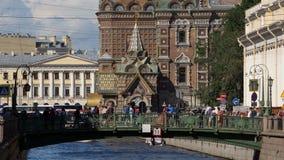 ST PETERSBURGO, RUSIA: Turistas en un puente sobre el canal de Griboedov en el salvador en fondo de la iglesia de la sangre metrajes