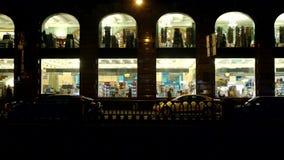 ST PETERSBURGO, RUSIA: Ventanas grandes en el cantante histórico House en la noche almacen de video