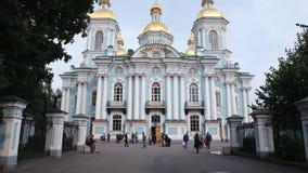 ST PETERSBURGO, RUSIA: Vista panorámica de la catedral naval de Nikolsky en el verano almacen de video