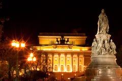 St. - Petersburgo. Teatro de Aleksandrinsky y un monum Imagen de archivo