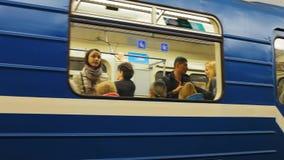 ST PETESBURG, ΡΩΣΙΑ - 14 ΣΕΠΤΕΜΒΡΊΟΥ 2017: Υπόγειο τρένο στην κίνηση ένας υπόγειος σταθμός τρένου Άγιος-Πετρούπολη φιλμ μικρού μήκους