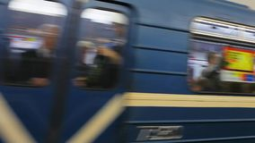 ST PETESBURG, ΡΩΣΙΑ - 14 ΣΕΠΤΕΜΒΡΊΟΥ 2017: Υπόγειο τρένο στην κίνηση ένας υπόγειος σταθμός τρένου Άγιος-Πετρούπολη απόθεμα βίντεο