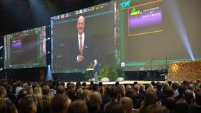 St phane Garelli -世界竞争性名誉教授讲话在大量听众面前 影视素材
