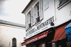 St Pierre de Montmartre het schilderen canvas storefront op de Plaats royalty-vrije stock fotografie