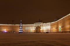St PIETROBURGO - 21 DICEMBRE: Albero di Natale e costruzione dello stato maggiore sul quadrato del palazzo, il 21 dicembre 2010,  Fotografie Stock