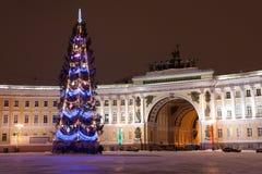 St PIETROBURGO - 21 DICEMBRE: Albero di Natale e costruzione dello stato maggiore sul quadrato del palazzo, il 21 dicembre 2010,  Immagine Stock Libera da Diritti
