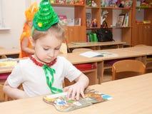St PIETROBURGO, RUSSIA - 28 DICEMBRE: I bambini festivo vestiti sono impegnati nell'asilo, RUSSIA - 28 dicembre 2016 Immagine Stock Libera da Diritti