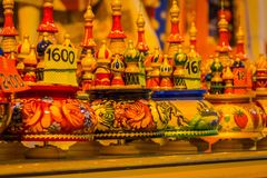 St PIETROBURGO, RUSSIA, IL 1° MAGGIO 2018: Bambole russe di babushka di Matryoshka di vari colori, insieme delle bambole secreasi Fotografia Stock Libera da Diritti