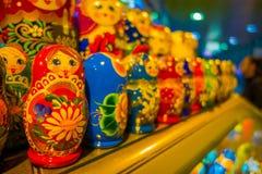 St PIETROBURGO, RUSSIA, IL 1° MAGGIO 2018: Chiuda su delle bambole russe di babushka di Matryoshka di vari colori in una fila, in Fotografia Stock Libera da Diritti