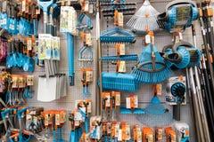 St PIETROBURGO, RUSSIA - MARZO 2019: scaffale di un negozio del giardino con gli strumenti da preoccuparsi per un lotto gli impia immagine stock libera da diritti