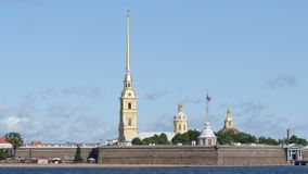 St PIETROBURGO, RUSSIA: Peter e Paul Fortress nel giorno di estate - colpo medio stock footage