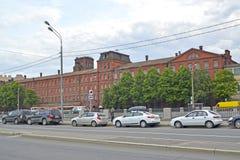 St Pietroburgo, Russia Vista della costruzione della pianta rossa del triangolo, argine del canale di esclusione Immagini Stock Libere da Diritti