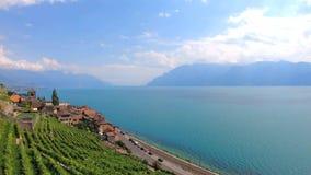 St pitoresco Saphorin da vila na região do vinho de Lavaux, Suíça Vinhedos Terraced em inclinações pelo lago bonito geneva filme
