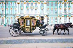 St PÉTERSBOURG, RUSSIE - 26 JUILLET 2015 : Touristes dans le chariot à Photos stock