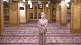 St?r ikl?dda a nunnans f?r kvinna ?mbetsdr?kt inom en islamisk tempel egypt arkivfilmer