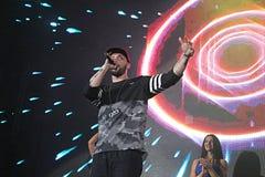 St.-Rapper auf Stadium singt ein Lied Stockfoto