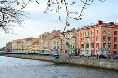 ST RETERSBURG, ROSJA, PAŹDZIERNIK, 25, 2014 Rosyjska scena: embenkment Griboedov kanał Obraz Royalty Free