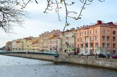 ST RETERSBURG, RUSLAND, 25 OKTOBER, 2014 Russische scène: embenkment van Griboedov-kanaal royalty-vrije stock afbeelding