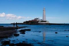 St ` s Maryjna latarnia morska i droga na grobli Zdjęcie Royalty Free