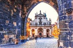 St Salvator Church, vista do arco na torre velha da cidade, Pragu imagens de stock royalty free