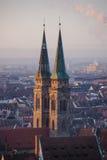 St Sebaldus för Lutherankyrka på soluppgång Arkivfoto
