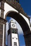 St Sebastian Church Tower enmarcado en puerta de la ciudad de Ponta Delgada Foto de archivo