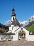 St Sebastian della chiesa di parrocchia a Ramsau, alpi bavaresi, Germania Fotografia Stock