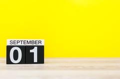 1st september Bild av september 1, kalender på gul bakgrund med tomt utrymme tillbaka begreppsskola till Royaltyfri Fotografi