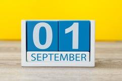 1st september Bild av september 1, kalender på gul bakgrund tillbaka begreppsskola till Fotografering för Bildbyråer
