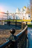 St Sophia Cathedral con il recinto del ferro battuto del millennio del monumento della Russia sul foregound in Veliky Novgorod, R immagini stock